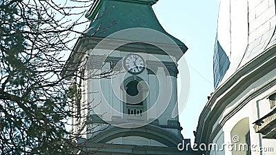 Catedral vieja con un reloj en ?l almacen de metraje de vídeo
