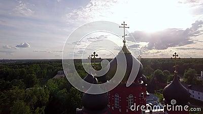 Cattedrale di ascensione e monastero trasversale santo in campagna verde, Russia video d archivio
