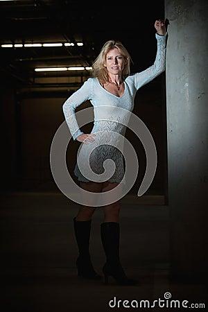 Caucasian blond kvinna för attraktiva forties