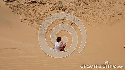 Caucasian flicka som truing för att glida på sand med brädet Roligt extremt logi på den röda dyn i Muine stock video