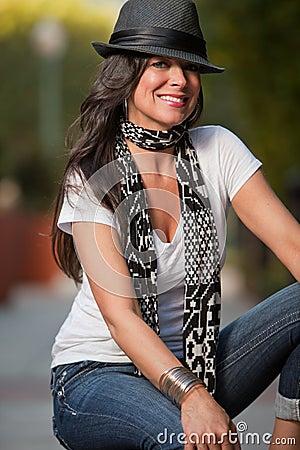 Caucasian fortieskvinna för attraktiv brunett