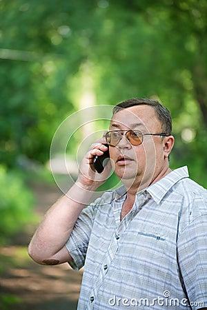 Caucasian man med celltelefonen