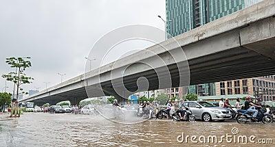 Causer de motocyclette éclabousse sur la route Photographie éditorial