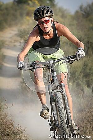 Cavaleiro fêmea da bicicleta de montanha Imagem de Stock Editorial
