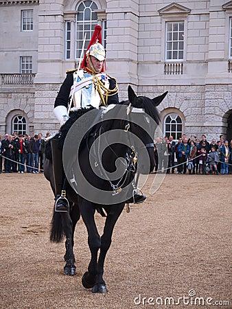 Cavalerie de ménage au défilé de dispositifs protecteurs de cheval Image éditorial