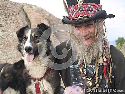 Cavalheiro mais idoso excêntrico com seu cão