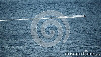 Cavalier éloigné de ski de jet en mer, vidéo animée lente banque de vidéos
