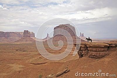 A cavallo in valle del monumento