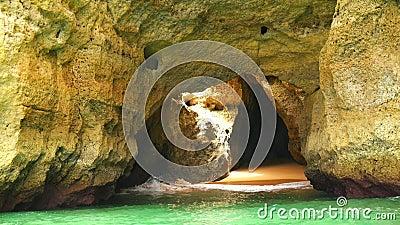 Cavernes de Lagoa, et vues de côte et de plages, Algarve, Portugal (4K) banque de vidéos