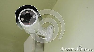 Cctv instalado en la pared a la seguridad de la propiedad, seguridad interior Cámara de vigilancia interior, primer metrajes