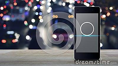 Cctv-Kamera-Flachbild-Ikone auf dem modernen Smartphone-Bildschirm auf Holztisch über verschwommenem farbigem Nachtlicht Stau Str stock video