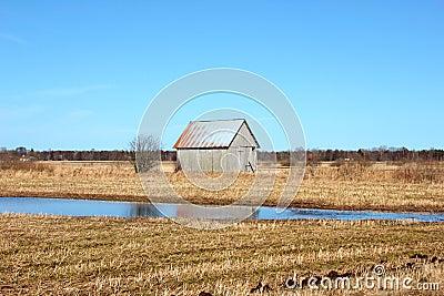 Celeiro velho nos campos suecos