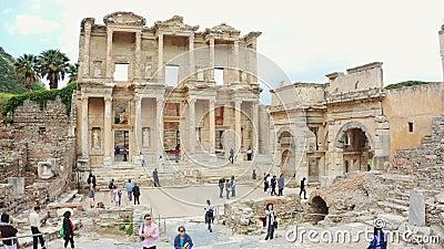 Celsusbibliotheek in Ephesus Efes Oude Griekse stad Izmir, Turkije Panoramisch schot stock videobeelden