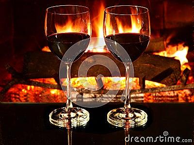 Cena romántica, vino, chimenea