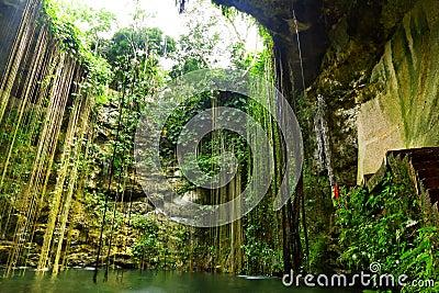 Cenote chichen ikitzakil nära