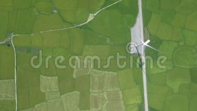 Centrale de turbine de vent sur le paysage aérien de champ agricole vert du bourdon de vol Génération d'énergie éolienne pour banque de vidéos