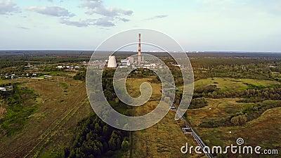 Centrale thermique près de la grande ville, vue aérienne banque de vidéos