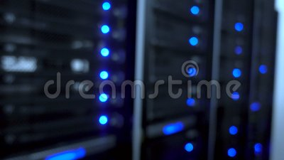 Centro de datos, sitio del servidor en un fondo borroso Ligts llevados azules del centelleo metrajes