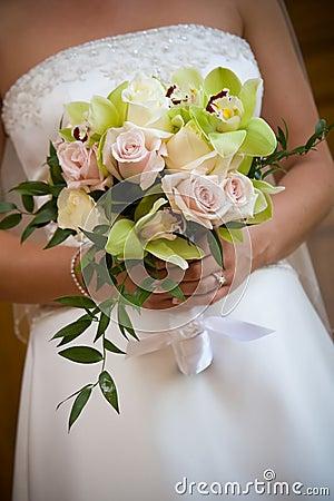 Centro de flores del ramo de la boda