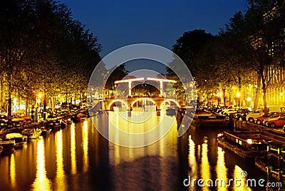 Centro di amsterdam di notte fotografie stock libere da for Centro di amsterdam