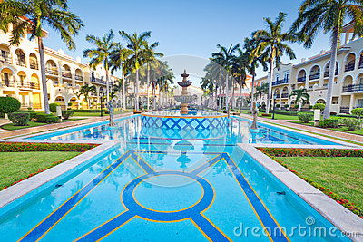Centro turístico tropical con la piscina