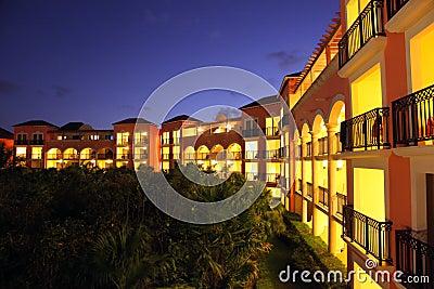Centro turístico tropical en la puesta del sol