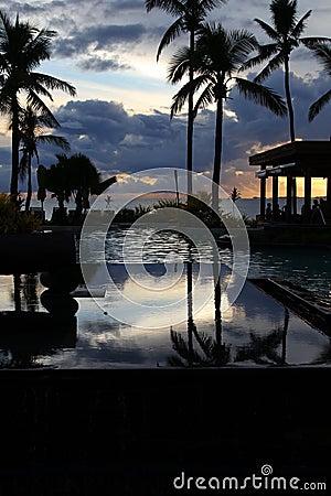 Centro turístico tropical en la puesta del sol, isla de Denarau, Fiji