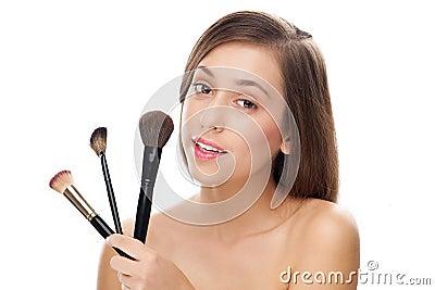 Cepillos del maquillaje de la explotación agrícola de la mujer