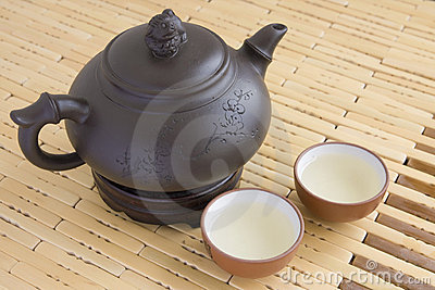 Ceramic teapot with two cups