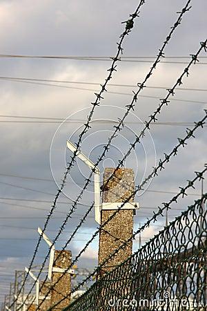 Seguridad con una cerca del alambre de púas diseño de concepto de ...