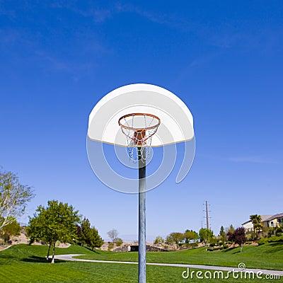 Cercle de basket-ball en stationnement