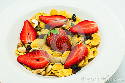 Cereal with strawberry and mixed nut