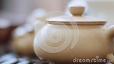Cerimonia del tè cinese, spazzola da tè pulisce dolcemente il bollitore dalle gocce stock footage