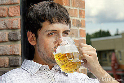 Cerveja bebendo do indivíduo novo