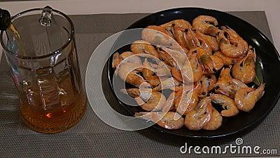 Cerveja de derramamento Cerveja clara fria Cerveja do ofício shrimp vídeos de arquivo