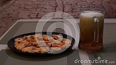 Cerveja de derramamento Cerveja clara fria Cerveja do ofício shrimp video estoque