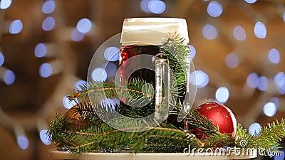 Cerveja no vidro para girar no fundo com bokeh brilhante das luzes Apresentação da cerveja escura do Natal vídeos de arquivo