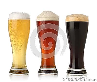 Cerveza fría tres, aislada