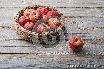 Cesta con las manzanas