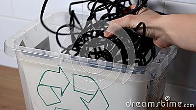 Cestino di rifiuti elettronici con rifiuti elettronici per il riciclo Stile di vita ecologico video d archivio