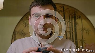 Chá bebendo do homem novo do retrato da bacia e do sabor e do gosto da apreciação video estoque