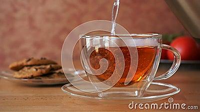 Chá de derramamento em um copo filme