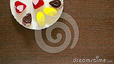 Chá preto em umas canecas lunch tabela com uma bebida e uma sobremesa Vista de acima video estoque