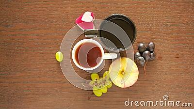 Chá preto em umas canecas lunch tabela com uma bebida e uma sobremesa Vista de acima filme