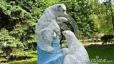 Châtaigne Sculpture en ours banque de vidéos