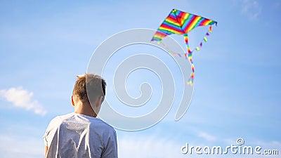 Chłopiec bawiący się latawcem na niebieskim tle Rozrywka na zewnątrz zbiory