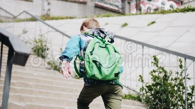 Chłopiec biega pod mostem i w górę schodków odosobniony tylni widok biel Wolny playback C zdjęcie wideo