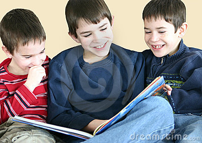Chłopiec czyta razem