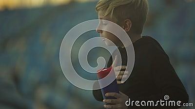 Chłopiec duszenie na wodnym i kasłać, ciężki oddychanie, przeciwawaryjny pojęcie zbiory wideo