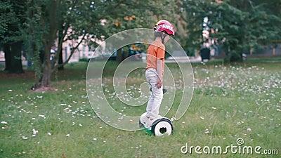 Chłopiec jeździ na poduszce na trawie zdjęcie wideo